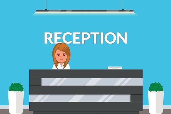 immagine di un omino donna dietro a un bancone di una reception con sopra una lampada e ai lati dei vasi con delle piante