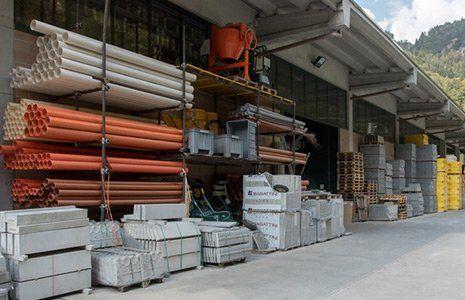 magazzino con prodotti per costruzioni