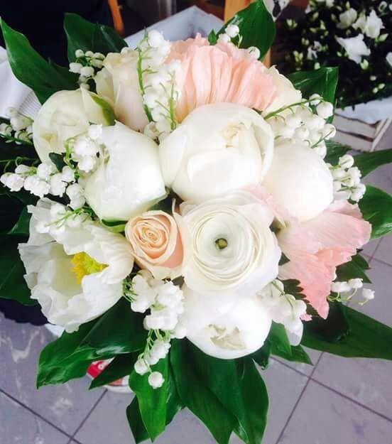 tavolo da cerimonia viola con fiori