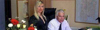 Proprietario dell'Agenzia Funebre e donna in ufficio