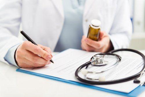 Dottore che scrive una prescrizione medica