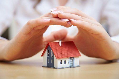 Due mani proteggendo la casa