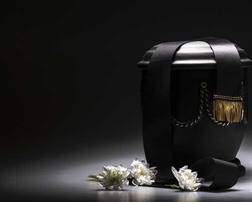 Urna nera e fiori bianche