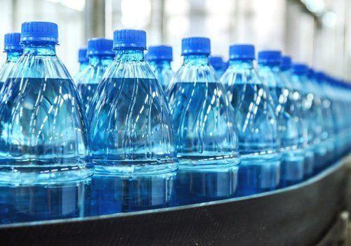 Fila di bottiglie di acqua
