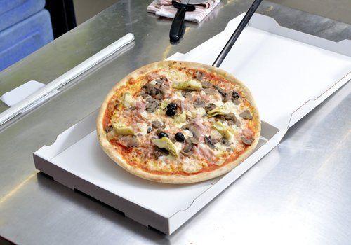 Pizza capricciosa in una scatola da asporto