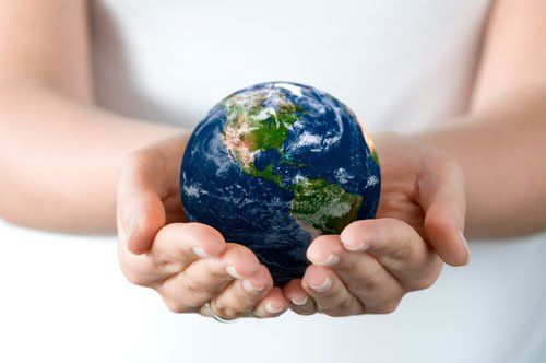 due mani che tengono in mano una miniatura del mondo- provincia di trento