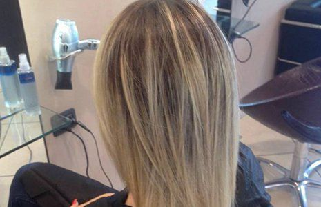 vista di capelli biondi di una donna vista dal dietro