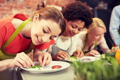 delle ragazze che decorano dei piatti