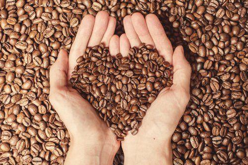 mani in chicchi di caffè