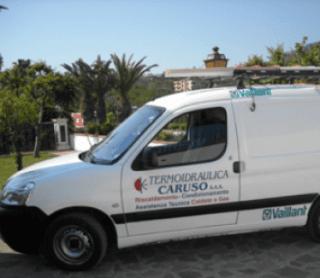 un furgone bianco con scritto termoidraulica Caruso