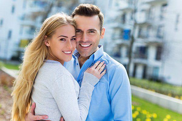 un uomo e una donna abbracciati e sorridenti