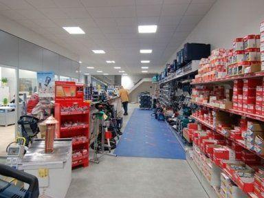 corridoio di un negozio con assortimento prodotti sugli  scaffali
