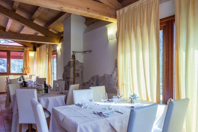 interno di ristorante con tavoli