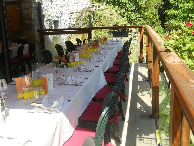 tavolata apparecchiata sul balcone del ristorante tra vegetazione