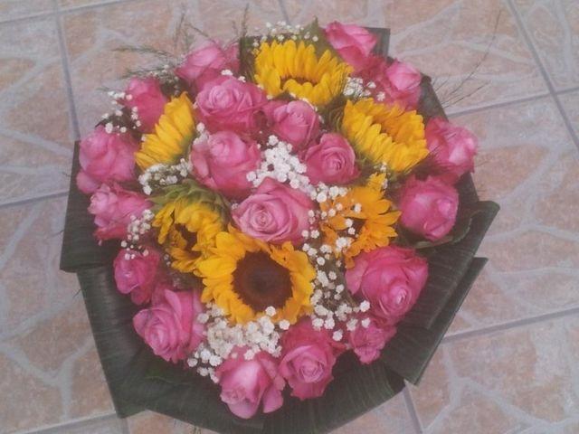 bouquet di fiori con rose rosa e girasoli
