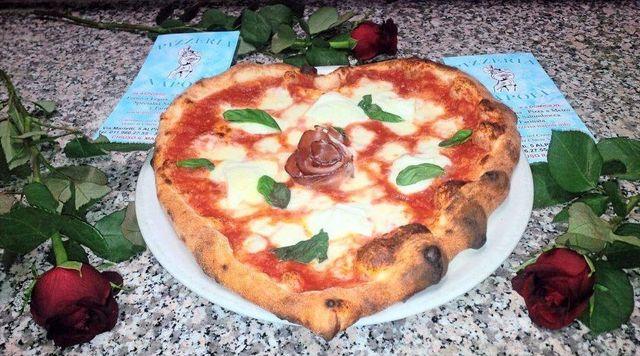 Pizza cuore cotta nel forno a legna