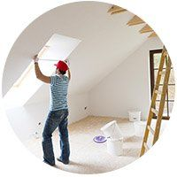 Giovane che misura la parete della nuova casa con nastro di misura
