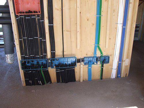 fili esterni attaccati al muro