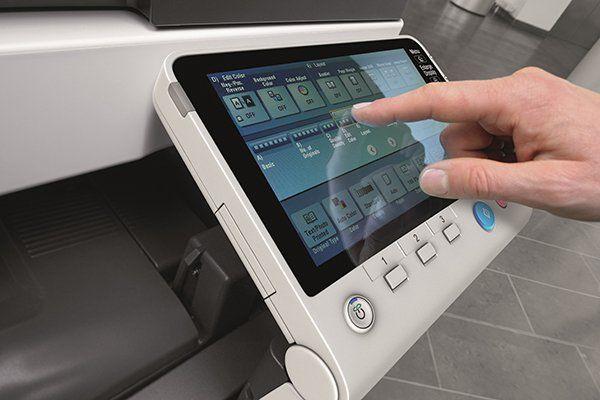 un dito che preme sull' lcd di una fotocopiatrice