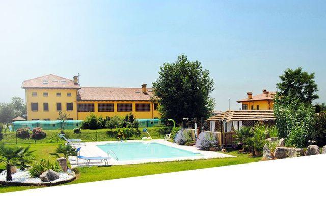 residence Nonna Giuseppina Bassano del Grappa panoramica frontale  con giardino e piscina in pieno giorno