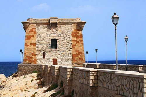 Vista torre vicino al mare a Trapani