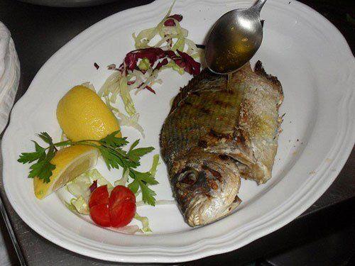 Vista di un piatto di pesce a Trapani