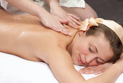 Una donna sdraiata mentre viene massaggiata sulla schiena