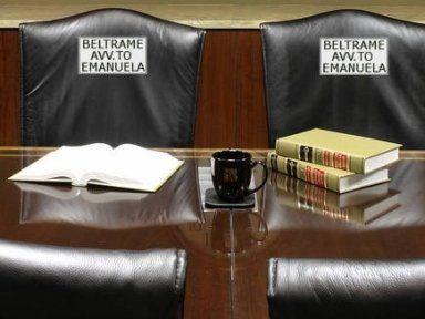tavolo con libri di diritto e una tazza
