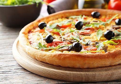 un tagliere con una pizza