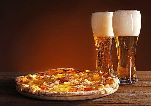 una pizza e due bicchieri di birra