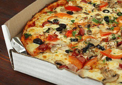 una pizza farcita in un cartone da asporto