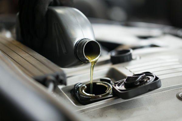 olio motore che viene versato nel contenitore apposito