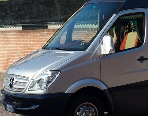 un furgone grigio Mercedes