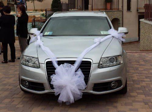 Audi grigia con un fiocco nuziale