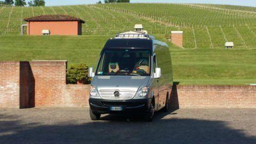 furgone grigio Mercedes visto da davanti