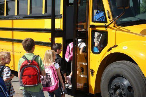 bambini che salgono su uno scuolabus