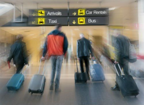 persone con dei trolley all'aeroporto