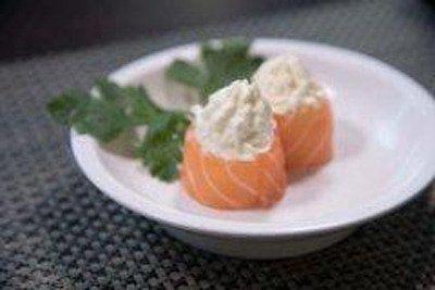 un piatto con due pezzi di sushi al salmone