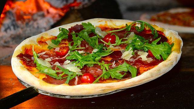 Pizza di prosciutto, parmesano reggiano e rucola