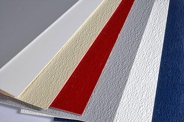 Dei campioni di rivestimenti di color rosso, bianco e blu