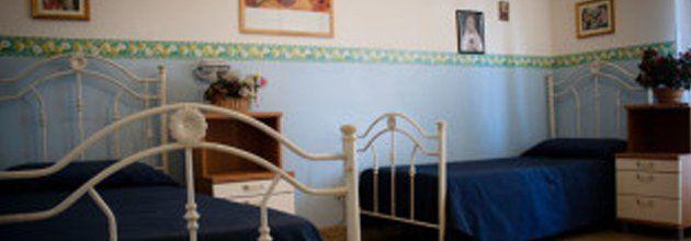 Letti in una camera della Casa di riposo Home Garden a Palermo