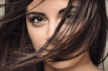 donna con capelli davanti alla faccia