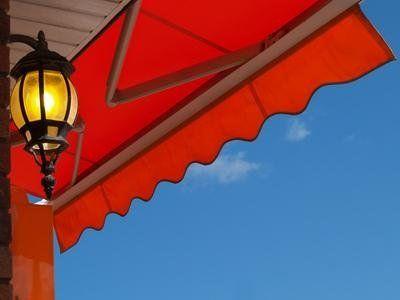 una tenda da sole di color arancione