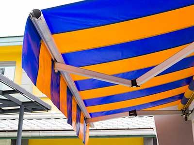 una tenda da sole di color blu e giallo