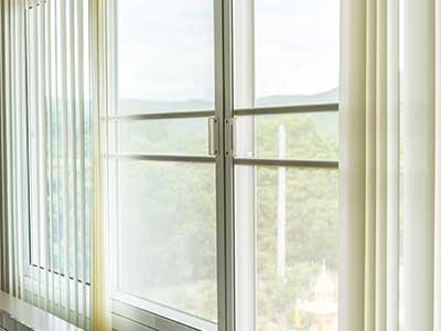una finestra con delle tende a pannello