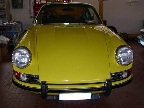 vista frontale di un auto gialla d`epoca