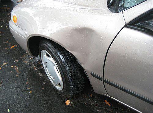 una macchina con la carrozzeria danneggiata