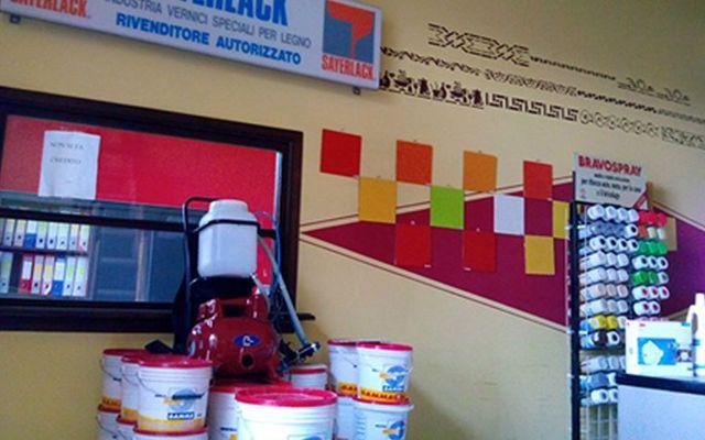 Secchi pieni di vernice e vernici spray nel negozio di Cherasco