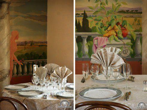 Vista ravvicinata dei piatti e bicchieri su un tavolo