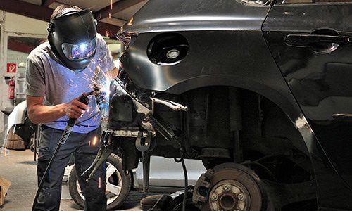 carrozziere a lavoro CARROZZERIA EXPOCAR 2.0 Cologno Monzese (MI)